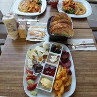 9/1/2013 tarihinde Sinan U.ziyaretçi tarafından Western Lucky's Cafe & Bistro'de çekilen fotoğraf