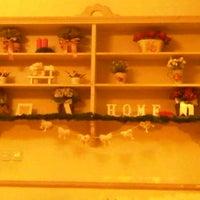 Foto tirada no(a) Nanny's Pavillon - Living Room por stella r. em 12/2/2012