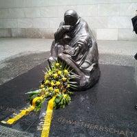 5/26/2013 tarihinde Mari A.ziyaretçi tarafından Neue Wache'de çekilen fotoğraf