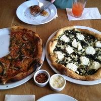 Foto scattata a Gialina Pizzeria da Christina H. il 6/3/2013