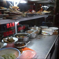 Photo taken at Nasi Goreng Iskandar by Nez J. on 11/28/2012