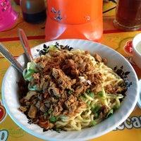 Photo taken at Pangsit Mie Ayam Tuban Pak Suci by Faskho N. on 9/3/2014