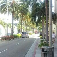 Das Foto wurde bei Streets of Beverly Hills von Ryoichi N. am 9/17/2013 aufgenommen