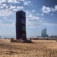 Foto tirada no(a) Praia da Barceloneta por Yulia G. em 6/15/2013