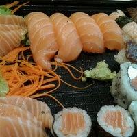 Foto tirada no(a) Sushi Roots Express por Gáh V. em 11/16/2012