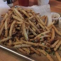 Das Foto wurde bei Hopdoddy Burger Bar von Annie Y. am 9/3/2017 aufgenommen