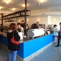4/27/2013 tarihinde Alx R.ziyaretçi tarafından Intelligentsia Coffee Bar'de çekilen fotoğraf