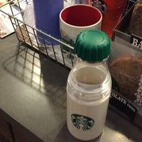 รูปภาพถ่ายที่ Starbucks โดย melz m. เมื่อ 10/8/2016