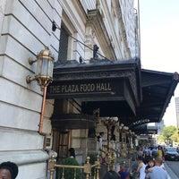 Photo prise au The Plaza Food Hall par Wilson T. le8/13/2017