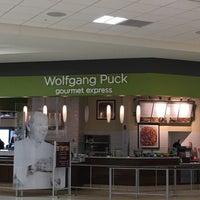 Photo taken at Wolfgang Puck Gourmet Express by Juan B. on 7/3/2016