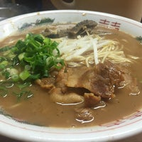 Photo taken at ラーメン東大 応神店 by Muhou on 4/10/2016