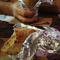 Foto tomada en The Surfin Burrito por Gaby M. el 11/30/2012