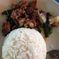 Photo taken at บ้านก๋วยเตี๋ยว - ก๋วยเตี๋ยวปลา ทะเล หมู ไก่ by Sureeporn T. on 1/12/2014