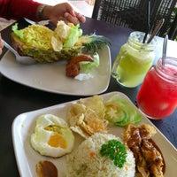 Foto tomada en De Pauh Garden Restaurant & Cafe por Madihah M. el 12/8/2012