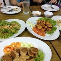 Photo taken at ร้านอาหารปากคลอง ชะอํา by Sathist N. on 4/22/2013