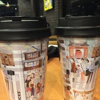 Foto tomada en Starbucks por Hiromi S. el 10/22/2017