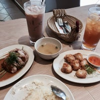 Photo taken at The Chicken Rice Shop by Tyhahaaa on 5/25/2017