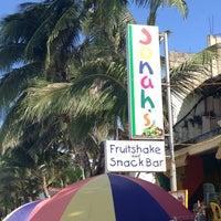 Foto diambil di Jonah's Fruitshake and Snackbar oleh Mikol C. pada 3/10/2013