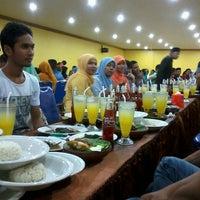 Photo taken at Ayam Penyet Pak Ulis by Dewi E. on 7/27/2013