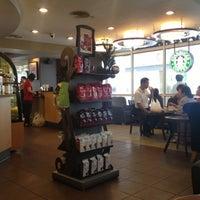 Foto tirada no(a) Starbucks por TASIT C. em 11/26/2012