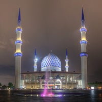 Photo taken at Masjid Sultan Salahuddin Abdul Aziz Shah by Rifaie on 7/9/2013