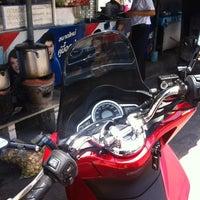 Foto tomada en ส้มตำ ร้านคุณติ๋ม por ReviewbyBiere .. el 5/21/2014