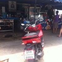 Foto tomada en ส้มตำ ร้านคุณติ๋ม por ReviewbyBiere .. el 5/18/2014