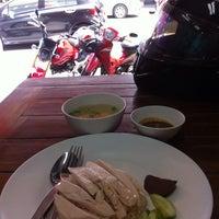 รูปภาพถ่ายที่ ก.ไก่ ข้าวมันไก่ตอน โดย ReviewbyBiere .. เมื่อ 3/28/2014