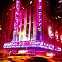 Foto tirada no(a) Radio City Music Hall por Gabby V. em 3/10/2013