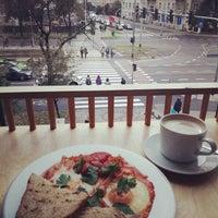 Das Foto wurde bei di Café - Deli von Pinch T. am 10/3/2016 aufgenommen