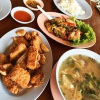รูปภาพถ่ายที่ ร้านอาหารกินปลาทุ่งเศรษฐี โดย Fuangvicha B. เมื่อ 2/25/2016