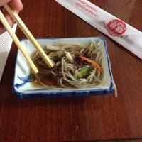 Foto tirada no(a) Kamakura Sushi por Geisse P. em 11/14/2013