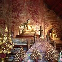 Foto tirada no(a) Wat Phra Singh Waramahavihan por Asanee A. em 6/16/2013