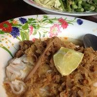 Photo taken at ขนมจีนน้ำยาหยวกกล้วย ป้าปุ๊ by Tookta M. on 1/1/2013