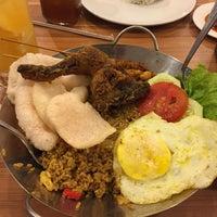 Photo taken at Ayam Penyet RIA by Budi R. on 7/24/2015