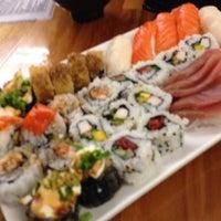 Foto tirada no(a) Flying Sushi por isra m. em 10/20/2013