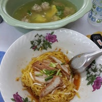 Photo taken at ก๋วยเตี๋ยวต้มยำ ชามใหญ่ by NOON Rattanawadee S. on 10/5/2014