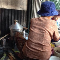 Photo taken at Bánh Cuốn Bình Dân by Minh H. on 10/10/2013
