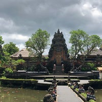 Photo taken at Pura Taman Kemuda Saraswati by Maj D. on 3/27/2018