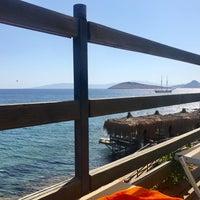 Foto tirada no(a) Mavi Beach por Nur Tanrıöven ⭐. em 9/16/2017