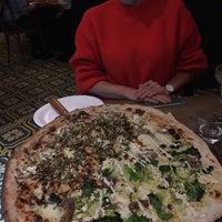 Photo prise au Homeslice Pizza par Jana H. le10/5/2017