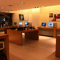 Photo taken at Infinite (Apple Store) by Harry J. on 12/26/2012