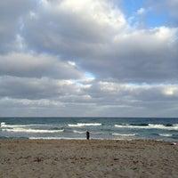 Foto tirada no(a) Spanish River Beach por Phoebe V. em 1/1/2013