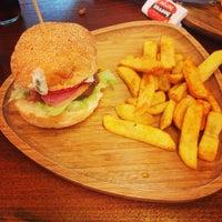 Foto tirada no(a) Beeves Burger & Steak house por Demet A. em 6/21/2014