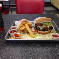 Photo taken at Fatburger by 💀Charlie🇺🇸 B. on 6/22/2014