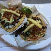 Foto scattata a Los Tacos No. 1 da Flora C. il 8/5/2017