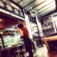 5/23/2013 tarihinde kdfaziyaretçi tarafından Engel's Coffee'de çekilen fotoğraf