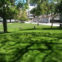 4/14/2013 tarihinde EKurzeziyaretçi tarafından Yerba Buena Gardens'de çekilen fotoğraf
