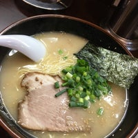 Photo taken at 博多ラーメン 長浜や 笹塚店 by NProject on 11/2/2015