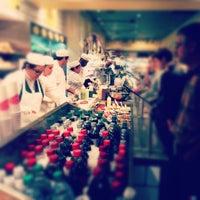 Foto tomada en eatZi's Market & Bakery por Niki S. el 12/9/2012